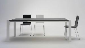 Tavolo Like con piano in frassinato grigio aperto con sedie Cortina