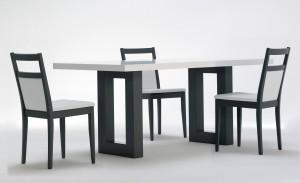 Tavolo Roger bianco, base grigia con sedie Candy grigie ed ecopelle bianca