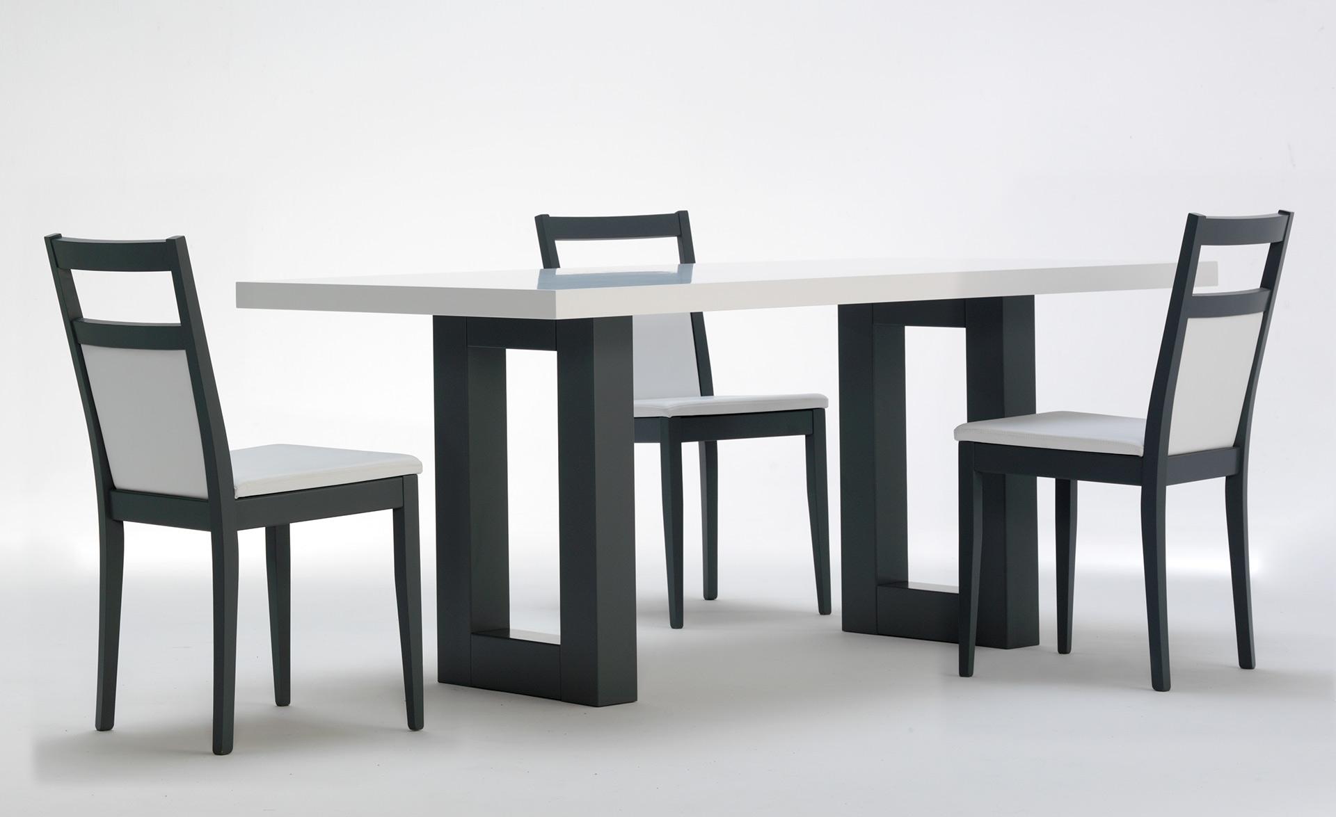 Tavolo roger bianco base grigia con sedie candy grigie ed ecopelle bianca italians do it - Tavolo con sedie offerte ...